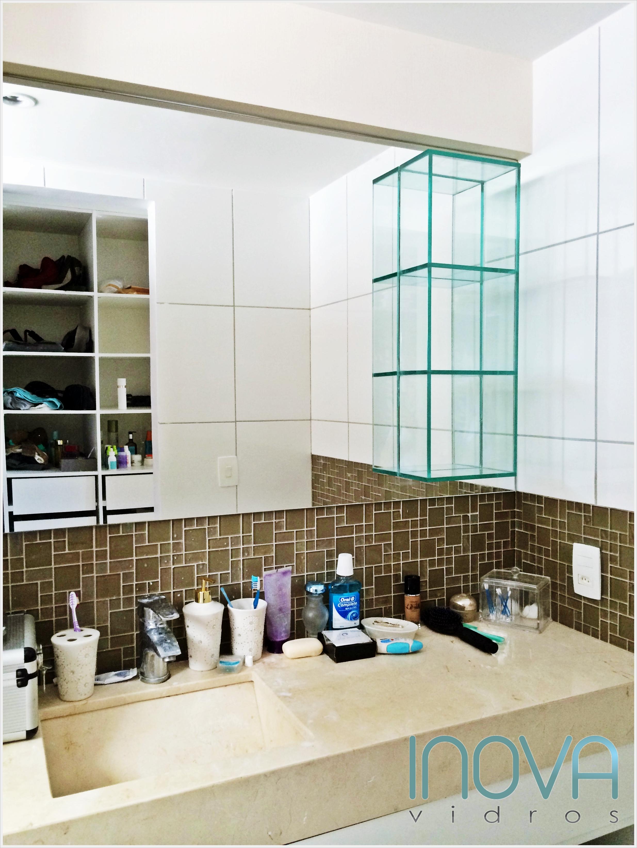 Espelho prata e nicho de vidro incolor com fundo de espelho. #387F7A 2470x3286 Banheiro Armario Com Espelho